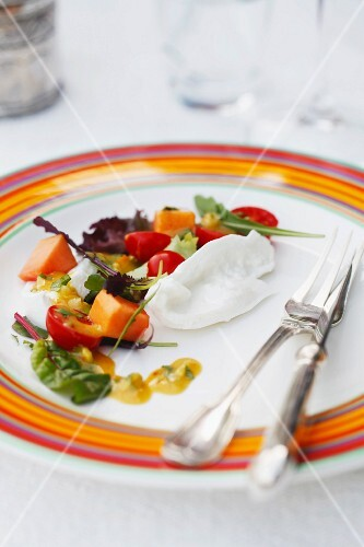 Salad with papaya and cherry tomatoes