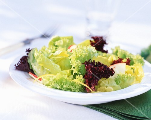 Mixed salad leaves with apple and lemon