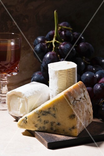 Blue cheese and goat's cheese with grapes and red wine