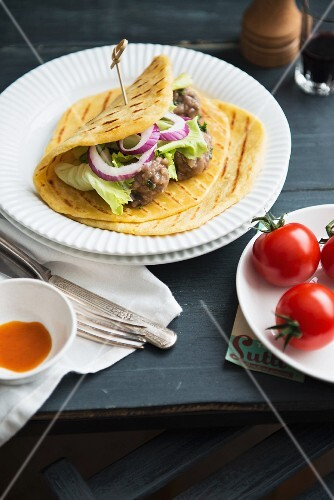 Piadina with meatballs and onions