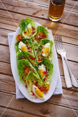 Romaine lettuce with egg, tomatoes and vinaigrette
