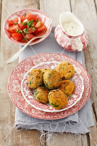 Falafel with tomato salad and yoghurt sauce