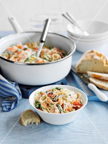 Linguine with smoked salmon and prawns