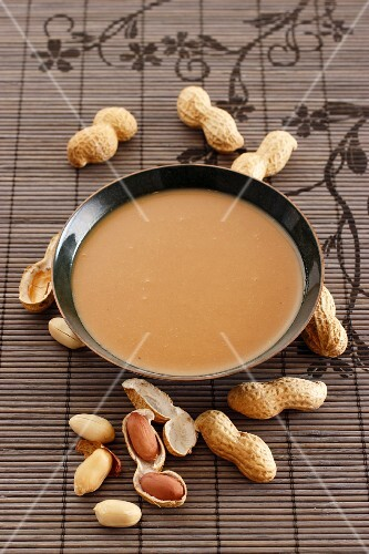 Peanut sauce and peanuts