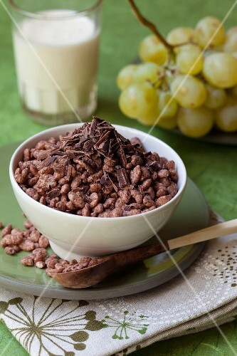 Crisped rice with chocolate, grapes and milk