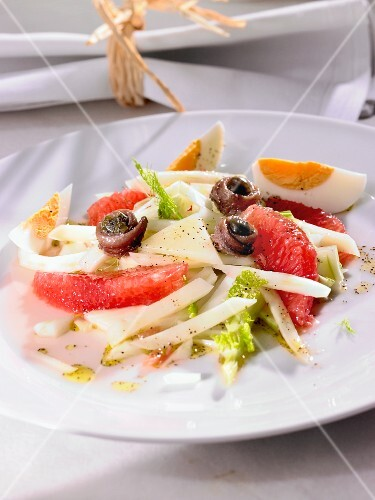 Vegetable salad with grapefruit, anchovies and egg