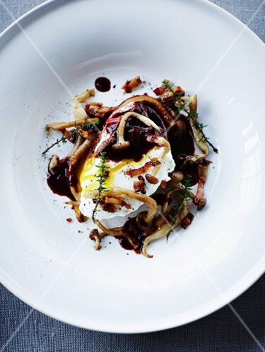 Toast with poached egg, mushrooms and red wine sauce