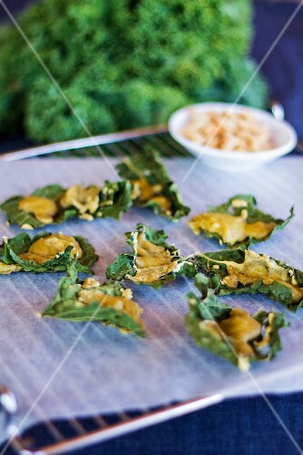 Kale crisps with cheese and cashew nut sauce