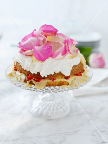 Sponge cake with a strawberry filling and rose petals