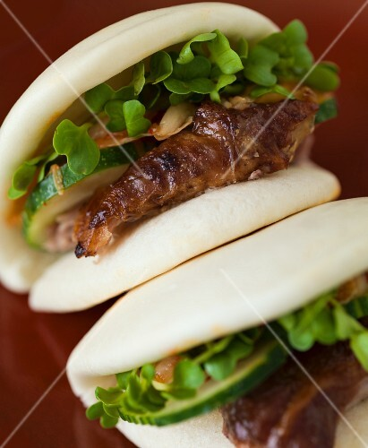 Steamed bao buns with pork, cucumber and cress (China)