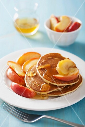 Pancakes with caramelised apples and honey