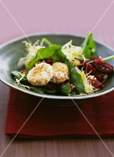 Rocket salad with beetroot and goats cheese with a walnut coating