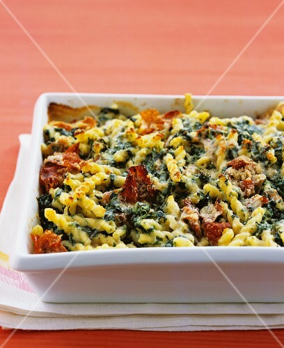 Baked pasta with spinach, ricotta and ham