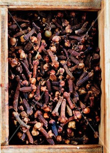 Cloves in a wooden box
