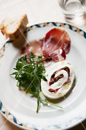 Mozzarella e prosciutto (mozzarella roulade filled with ham and rocket)