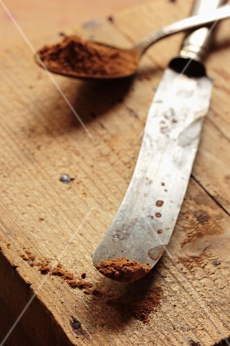 Cinnamon on a spoon and on the tip of an old silver knife