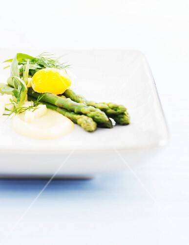Green asparagus with a garlic and cheese sauce