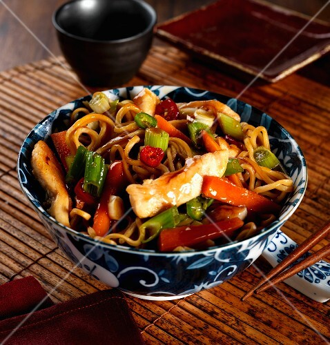Sweet and spicy chicken with egg noodles (Asia)