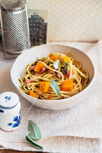 Spaghetti with pumpkin, ham and broccoli