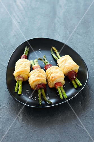 Puff pastry rolls with asparagus and bacon