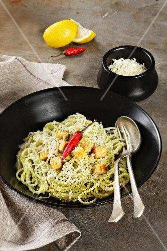 Spaghetti with pesto, tofu and a chilli pepper