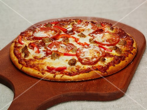 pizza mit peperoniwurst paprika und mozzarella auf schneidebrett bild kaufen 11263264. Black Bedroom Furniture Sets. Home Design Ideas