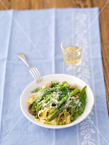 Tagliatelle with fried mushrooms, green asparagus, peas and mange tout