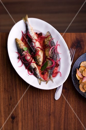 Fried herring with red onions