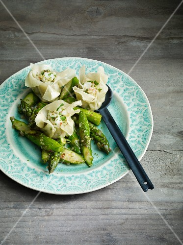 Prawn wontons with asparagus