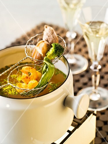 Stock fondue with prawns and vegetables