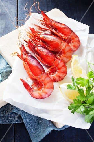 Cooked shrimps with lemon wedges