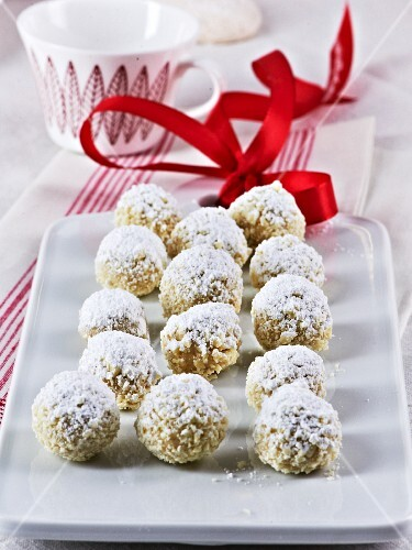 Vanilla pralines with coconut and white chocolate