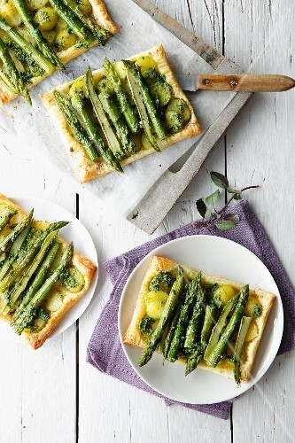 Asparagus tarts with potatoes (seen from above)