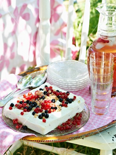 Ice cream cake with redcurrants