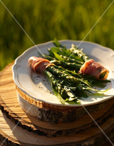 Dandelion leaves with asparagus and ham