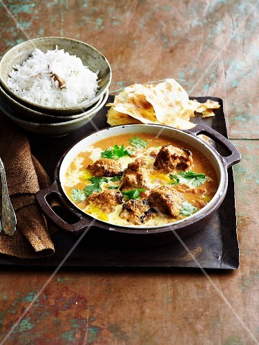 Chicken curry with rice and unleavened bread (India)