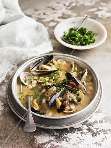 Mussel stew with white beans