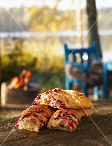Yeast bread with cranberries for an autumnal picnic