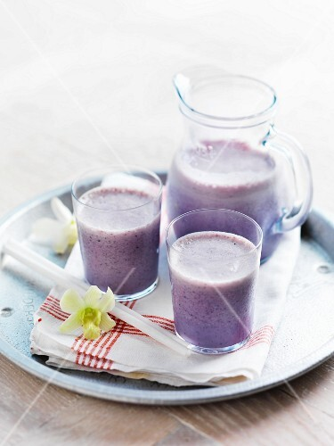 Low fat, probiotic berry shakes