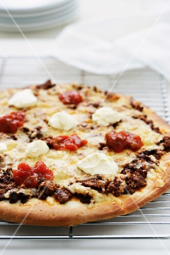 Minced meat, cheese and sour cream pizza
