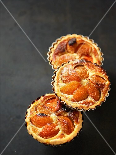 Apricots tartlets with sugar