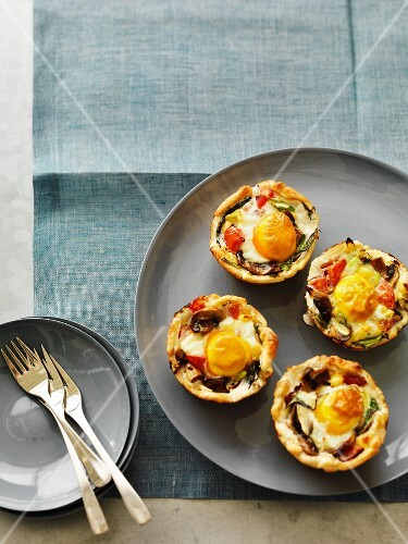 Vegetable tartlets with fried eggs