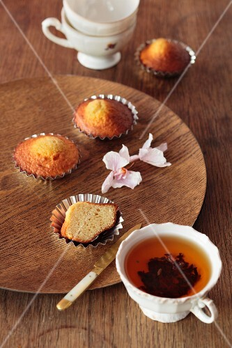 Tea and mini yeast cakes