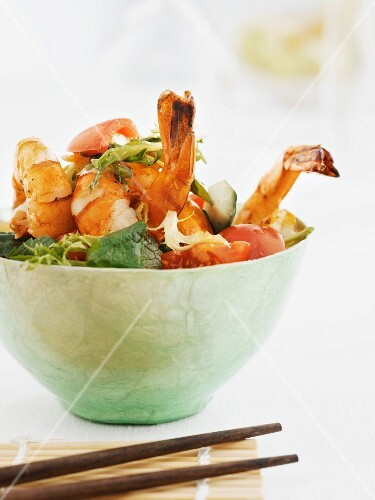 Oriental salad with prawns, vegetables and chilli