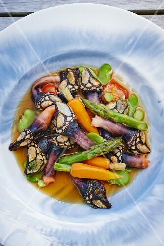 Goose barnacles with carrots, asparagus and tomatoes