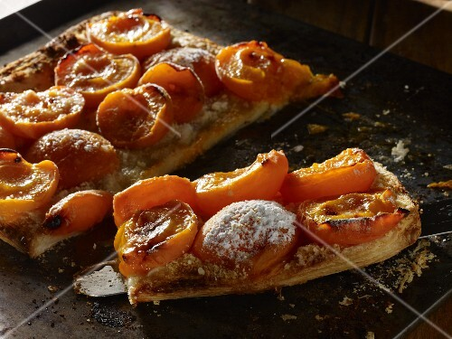 Puff pastry tart with almonds and apricots