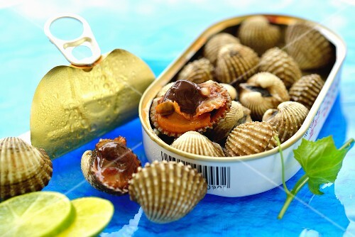 Fresh clams from Thailand in a tin