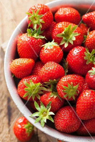 A bowl of fresh strawberries (close-up)