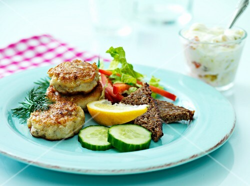 Fish burgers with wholemeal bread and a dip