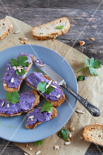 Crispy bruschetta with red cabbage cream and sunflower seeds